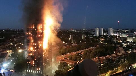 Al menos 250 bomberos y 45 camiones trabajaron para apagar el fuego en e...
