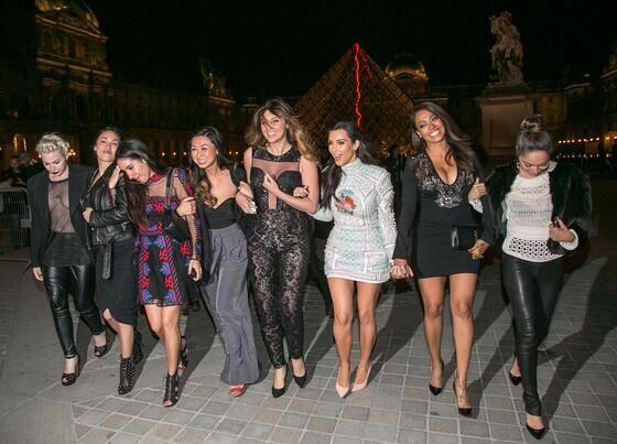 Aquí las vemos posando en la explanada frente a la pirámide del Museo de...