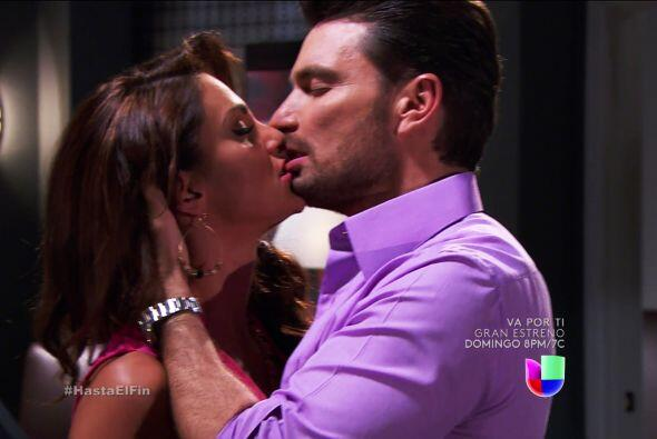 Los dos se dieron tremendos besos que hasta su pasión se salió de las pa...
