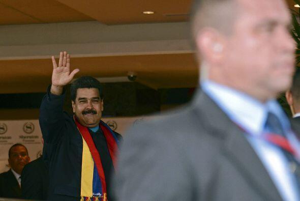 Nicolás Maduro, el mandatario venezolano, saluda a los reporteros frente...