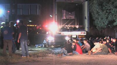 Consulado mexicano proporciona ayuda a los indocumentados hallados en un camión