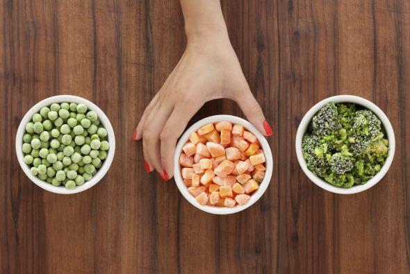 7. Cocina más comida de la que necesites y congela las porciones que sob...