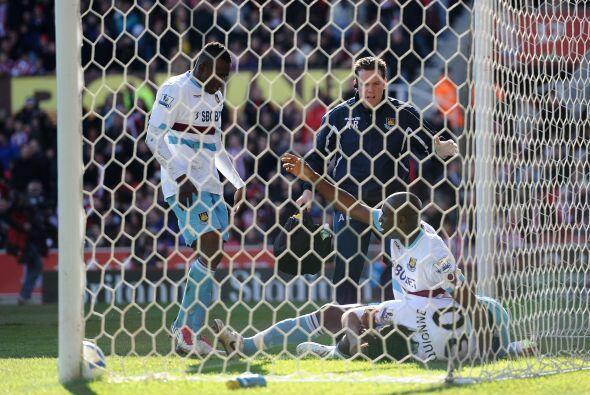 Tras un gol tempranero del Stoke, el West Ham empató con un tanto de Piq...