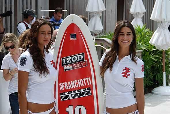 Ellas dos estaban apoyando a Dario Franchitti para que llegue a su terce...