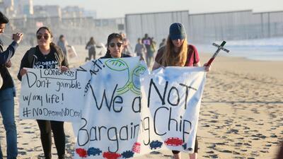 """""""No somos moneda de cambio"""", la protesta en fotos de los dreamers en la frontera de Tijuana-San Diego"""