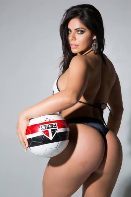 La espectacular brasileña, Suzy Cortez, se dio tiempo para felicitar al...