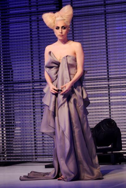 Lady Gaga Y como Gaga siempre nos ha deleitado con sus atuendos raros, t...