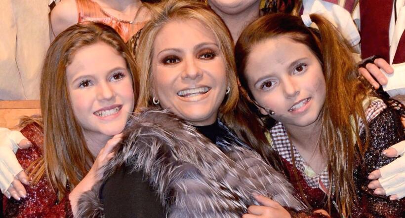 Daniela Castro posó junto a sus hijas y sorprendieron con su pare...