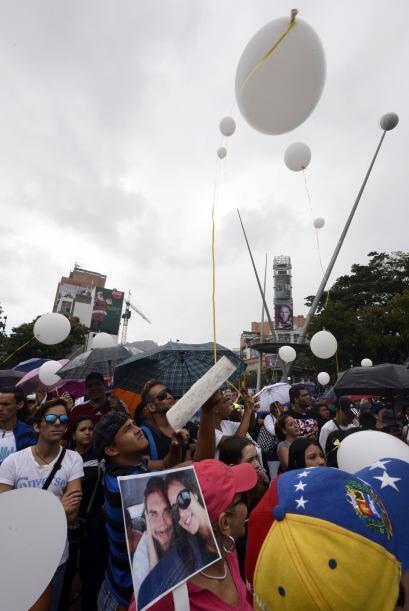 Soltaron globos blancos en su honor.