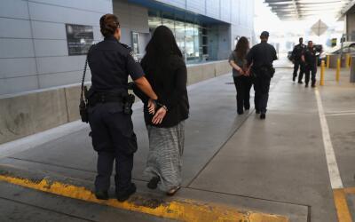Mujeres arrestadas por agentes fronterizos en la garita de San Ysidro, e...
