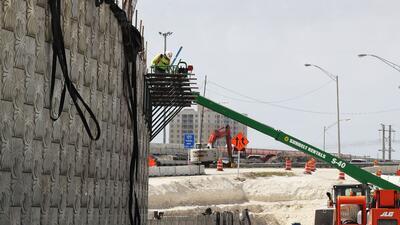 Un constructor trabaja en la autopista estatal SR-836 en Miami, Florida.