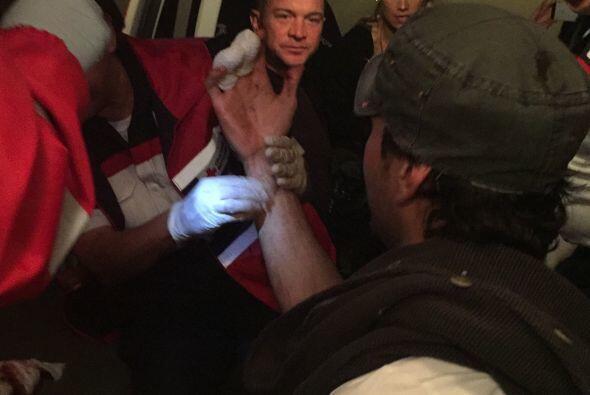 De inmediato los dedos de Enrique fueron vendados para detener el sangra...