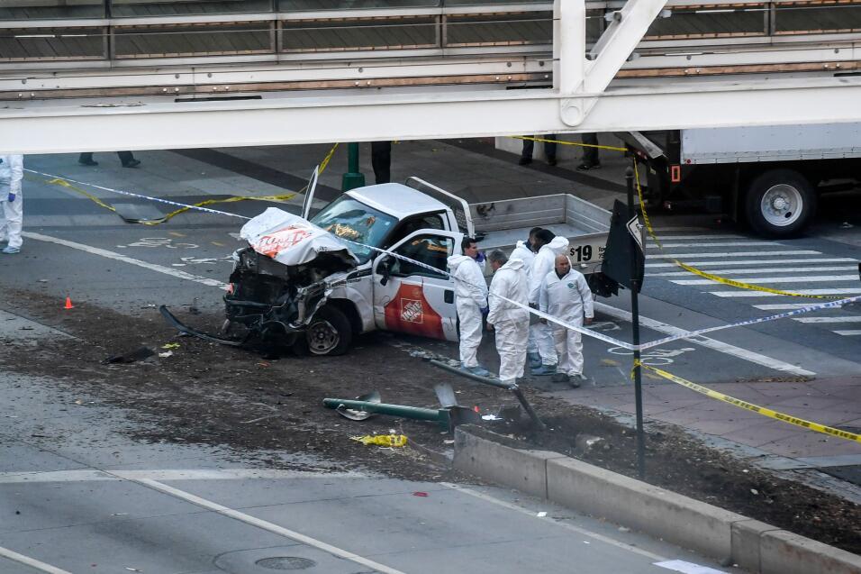 Autoridades investigan  un camión involucrado en la escena.