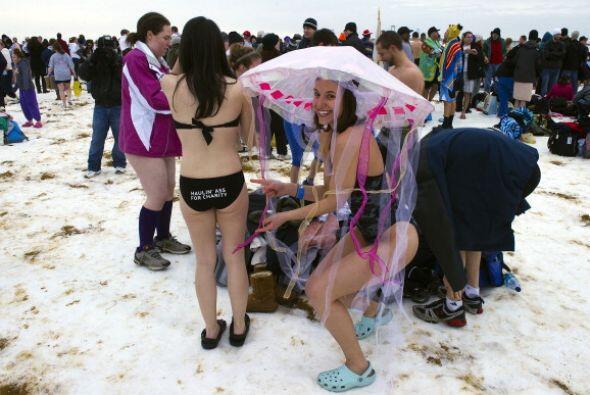 Como ritual de año nuevo, cientos de personas se echaron un chapu...