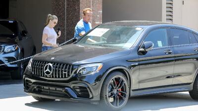 Arnold  Schwarzenegger va de compras por un Mercedes-Benz en un Bentley