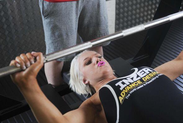 Pero su hermana, la chica de 18 años logró cargar un peso de 181 libras...