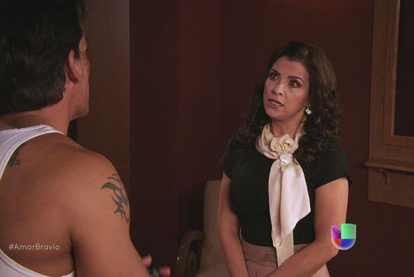 Le reclama inmediatamente que no le haya dicho que defendió a Camila.