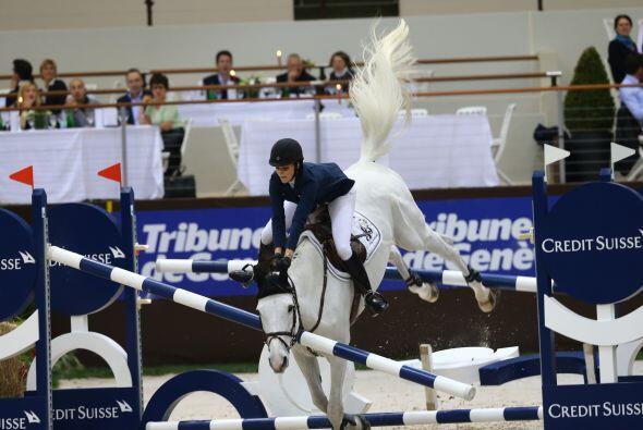 Y Athina y su caballo, llamado Ad Camille Z-Zang, cayeron.