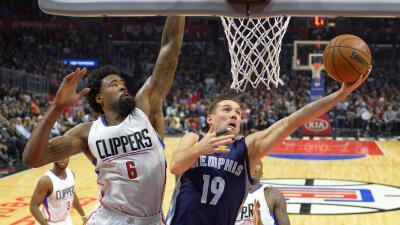 DeAndre Jordan aportó 13 y 12 rebotes para los Clippers.