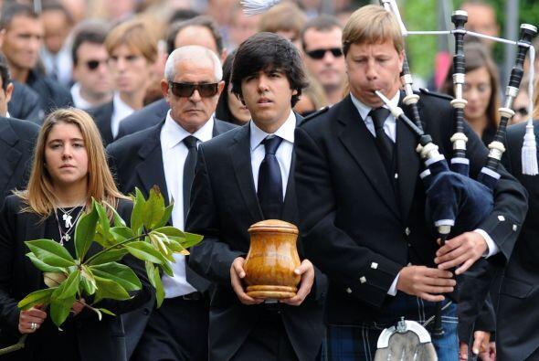 El hijo mayor de Ballesteros, Javier, portó la urna con las cenizas de s...