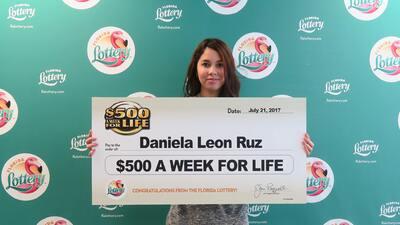 Daniela leon Ruz, de 18 años ganó el premio gordo de la lotería de 410,0...