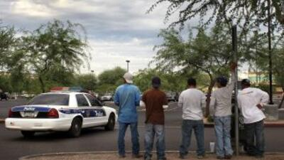 Jornaleros indocumentados en un estacionamiento de Arizona.