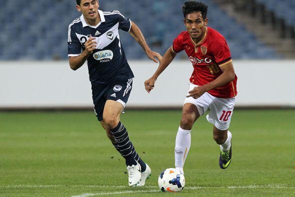 Teerasil Dangda, un delantero tailandés de gran potencia y habilidad se...