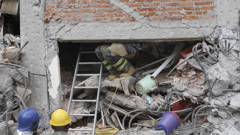 Bomberos en labores de rescate de sobrevivientes del terremoto en México