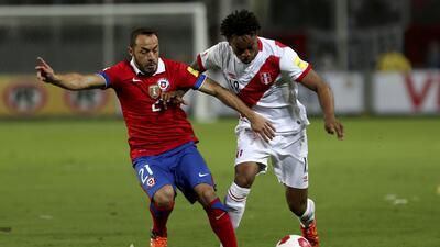 Marcelo Díaz en un partido con la selección de Chile.