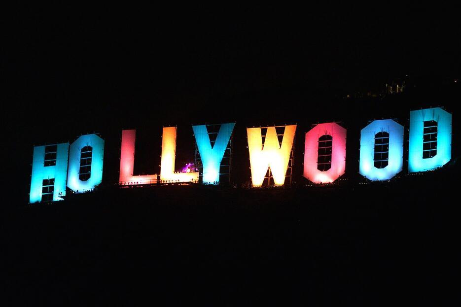 El 31 de diciembre de 1999 el letrero de Hollywood se tiñó de colores pa...