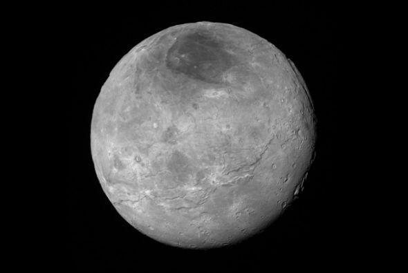 Una aproximación de Charon, la luna más grande Plutón. La foto fue tomad...