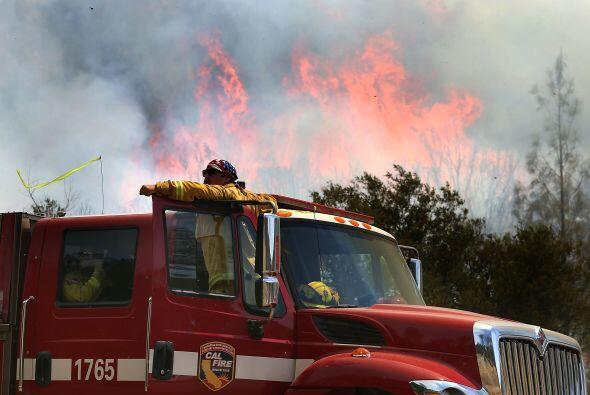 Un camión de bomberos se estaciona cerca del incendio en California.