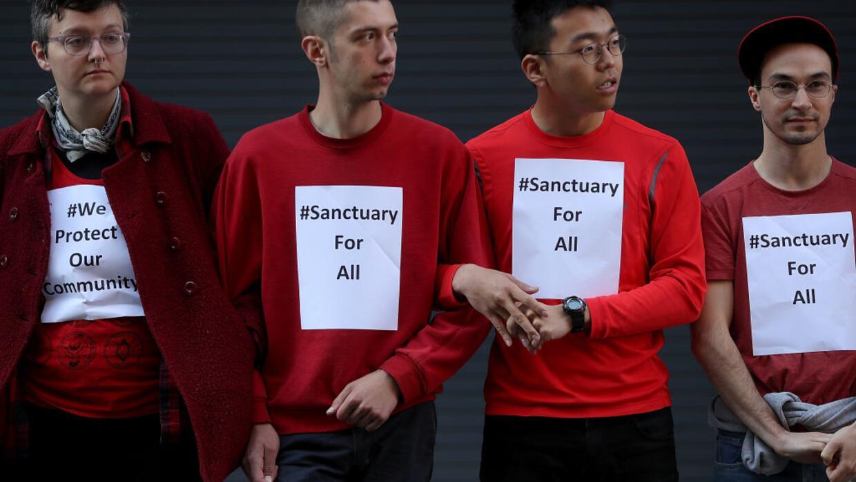Manifestantes en San Francisco bloquean la entrada a las oficinas de ICE...