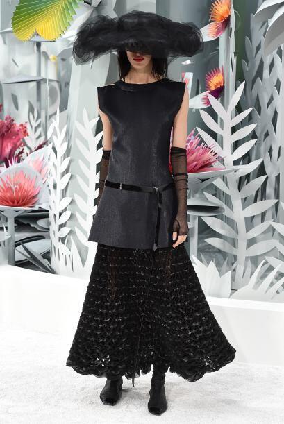 Para complementar varios de los 'looks', Lagerfeld apostó por enormes so...