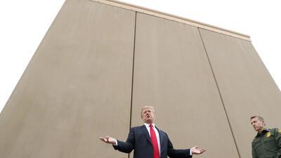 El presidente Donald Trump visita los ocho prototipos del muro construid...