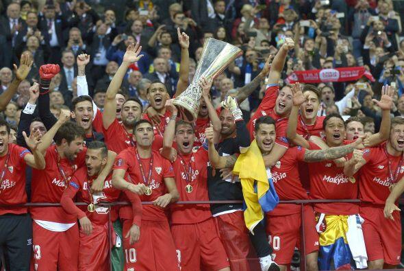 El momento en el que los futbolistas del Sevilla alzaron la copa por los...
