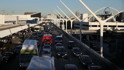 Un conductor de edad avanzada atropelló a dos transeúntes en el aeropuerto de Los Ángeles