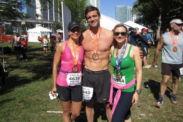 Aquí aparece con su  novio Aaron y su hermana Amy, felices de haber cump...