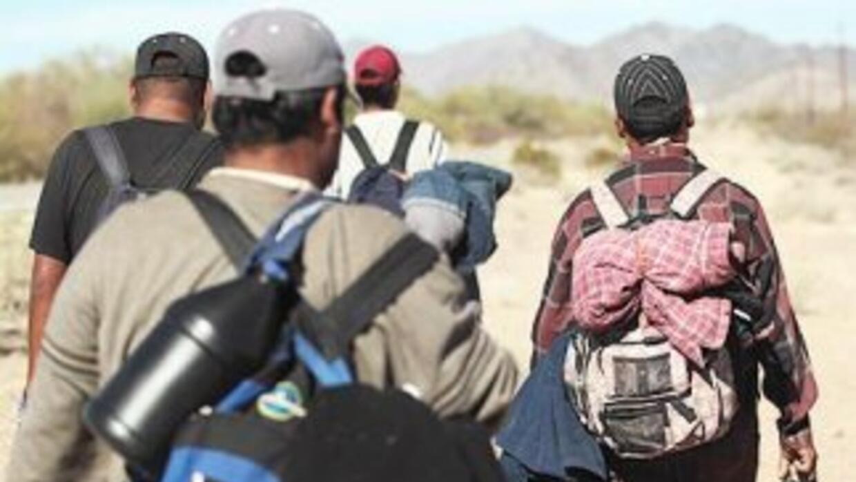 Inmigrantes indocumentados cruzando la frontera en dirección a Estados U...