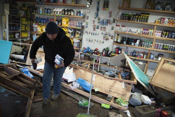 Una persona recupera sus pertenencias en Concon, en el noroeste de Chile...