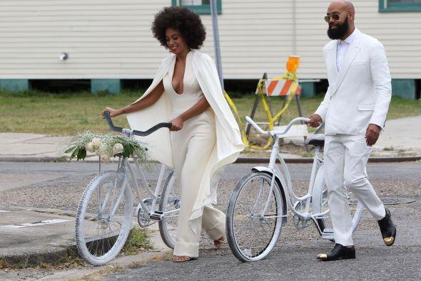 Solange y Alan llegaron en bicicleta, muy guapos los dos vestidos en bla...