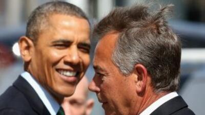 El Presidente Barack Obama sonríe junto al Presidente del Congreso, el r...