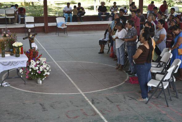 Varios pobladores se dieron cita para rezar juntos por el descanso de lo...
