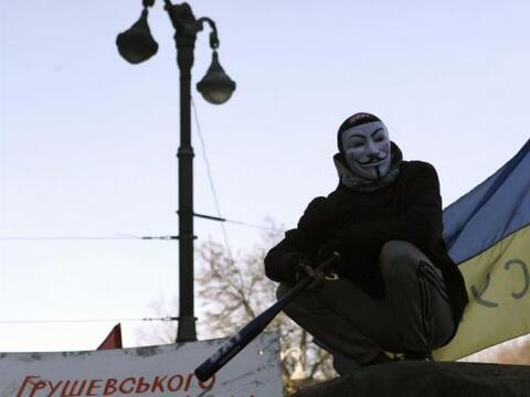Un manifestante en lo alto de una barricada participa en un nuevo d&iacu...