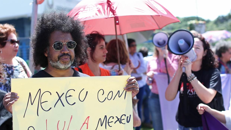 """""""Si se meten con Lula, se meten conmigo"""", reza el cartel que lleva este..."""