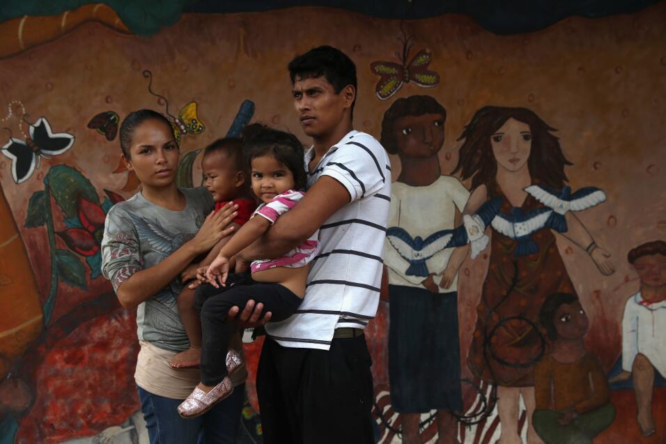 Una familia hondureña aguardaba en un refugio para migrantes en Tenosiqu...