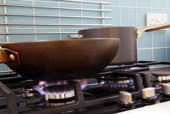 Mientras tanto, calienta una cucharadita de aceite vegetal en un wok gra...