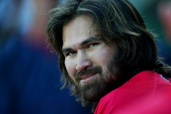 Otro caso de la MLB, Johnny Damon, quien lucía una larga melena y...