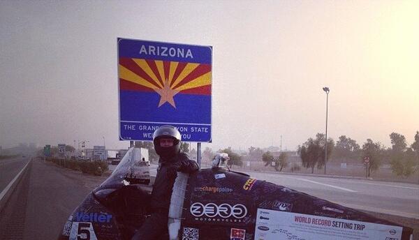 Terry Hershner llega a Arizona en su viaje en moto eléctrica por EE.UU.