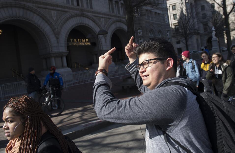 Washington DC. Los estudiantes pasaron por el polémico hotel prop...